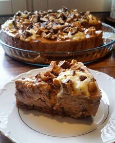 Suussasulava Snickers-juustokakku - tätä on kokeiltava! Combining sweet and salty, Iltalehti's recipe service Kotikoki Snickers cheesecake is a spectacular revelation at the coffee table. Sweet Recipes, Cake Recipes, Dessert Recipes, Yummy Eats, Yummy Food, Snickers Cheesecake, Buzzfeed Tasty, Cakes Plus, Pastry Cake