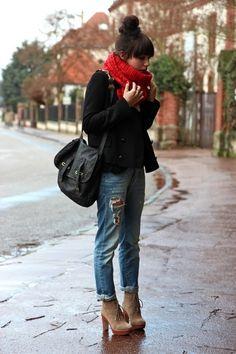 お団子ヘアと真っ赤なマフラーが合いますね♪  巻き方もぐるぐるとボリュームを持たせると、可愛らしい印象に♡