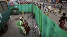 Joséphine Nsimba Mpongo, 37 år og medlem af et symfoniorkester, øver sig på sin cello i Kinshasa i Den Demokratiske Republik Congo by Andrew McConnell/Der Spiegel