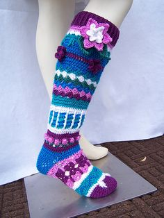 You will really be in style with these flower knee socks. Pattern made with a variety of stitches, using color and textures to keep it very interesting. There are flowers worked in line as well as . Crochet Kids Scarf, Crochet Socks Pattern, Crochet Slippers, Free Crochet, Crochet Patterns, Crochet Ideas, Crochet Boots, Knitting Patterns, Baby Girl Winter Hats