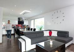 Vobývacím pokoji spojeném s kuchyní a jídelnou je i při relativně menší ploše všechno jak má být. Z běžného vybavení vybočují jen hodiny nalepené přímo na stěnu. Namísto záclon a závěsů časem přibydou ještě praktické rolety typu den a noc.
