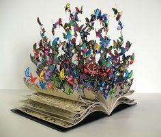 Mariposa 2.0. os desea un super happy #DíaDelLibro!!! Vamos a volar un rato...     Mirad que libros más #creativos: http://hative.com/old-book-art-examples/