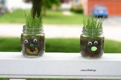 Use craft items to make a funny face at the front of the jar. Fill it with dirt and grass seed. It's so funny to watch the hair grow under the sunlight. dekoration 25 Creative Baby Food Jar Crafts for Home Decoration Pot Mason Diy, Mini Mason Jars, Baby Jars, Baby Food Jars, Food Baby, Summer Crafts, Fun Crafts, Diy And Crafts, Spring Activities