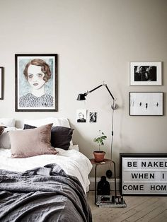 Greige wall and art in the bedroom / stadshem.