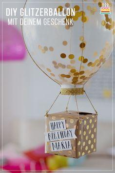 Tinker gift packaging: glitter balloon with gift- Geschenkverpackung basteln: Glitzerballon mit Geschenk DIY gift packaging: glitter balloon with gift - Diy Gifts For Christmas, Diy Gifts For Men, Diy Gifts For Friends, Kids Christmas, Friend Gifts, Easy Gifts, Birthday Diy, Happy Birthday Cards, Birthday Presents