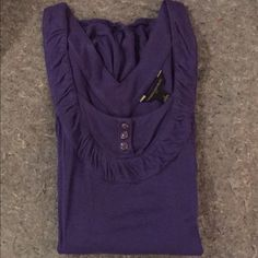 Banana Republic sleeveless top Tank top with lower slouchy pockets. Very cute. 100% rayon. Rayon drapes nicely with the slouchy pockets. V back. Hardly worn. Banana Republic Tops Tank Tops
