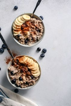 My Favorite Blueberry Banana Oatmeal The creamiest Blueberry Banana Oatmeal made with chia seeds! Vegan and gluten-free friendly too. Healthy Desayunos, Healthy Peanut Butter, Good Healthy Recipes, Healthy Breakfast Recipes, Healthy Foods To Eat, Gourmet Recipes, Healthy Snacks, Healthy Eating, Diet Foods