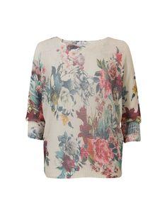 Beige trui met driekwart mouwen en een boothals. Voorzien van een vrolijke bloemenprint. #Missetam