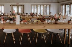 Mid-Century Modern Meets Texas: One Seriously Cool Wedding with Vibrant Pops - Table settings/center pieces - Hochzeitsdeko Modern Wedding Reception, Reception Ideas, Wedding Table, Wedding Decor, Wedding Ideas, Palm Springs Mid Century Modern, Modern Wedding Inspiration, Texas, Mid Century Style