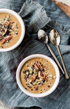 un bol de smoothie pour un petit déjeuner bien équilibré, idée smoothie au beurre de noix et au lait