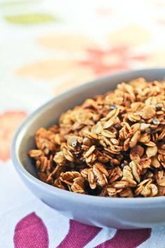 Un granola salé addictif et croustillant à saupoudrer sur vos légumes, ou à grignoter pour un petit en-cas sain et délicieux !