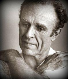 El escritor argentino Adolfo Bioy Casares habría cumplido hoy 99 años: «Llega un momento en la vida en que, haga uno lo que haga, solamente aburre. Queda entonces una manera de recuperar el prestigio: morir» http://www.veniracuento.com/