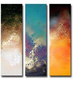 een 3-luik schilderij met verticale canvaspanelen.Let eens goed op de bijzondere kleuren welke de kunstenaar heeft aangebracht.