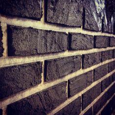Как сделать имитацию кирпичной стены из штукатурки? Смотрите пошаговую инструкцию с фото и видео по созданию имитации кирпичной стены своими руками. Как сделать имитацию кирпичной кладки самостоятельно?