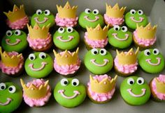Princess and the Frog - I hand made the crowns using a template i drew. i covered the frog cupcakes with fondant and used fondant decorations for the eyes. Cupcakes Fondant, Frog Cupcakes, Cute Cupcakes, Cupcake Cakes, Fondant Crown, Frog Cookies, Fondant Toppers, Baking Cupcakes, Sugar Cookies