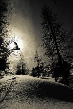 Our boy Kalle Ohlson flying high. Photo by Vanessa Andrieux #kalleohlson #bluetomatoteam #bluetomato #snowboard