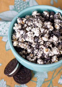 Cookies and Cream Popcorn Recipe Desserts, Lunch and Snacks with corn, OREO® Cookies, candy Oreo Popcorn, Flavored Popcorn, Popcorn Recipes, Snack Recipes, Dessert Recipes, White Popcorn, Popcorn Flavours, Popcorn Mix, Chocolate Popcorn