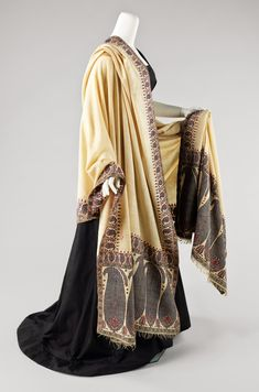 This finely woven shawl is a jamawar, a long shawl woven as a single piece. Created from high-quality cashmere, the long process required to create the borders and center as one would have added to the expense of an already high-end object 1800s Fashion, Victorian Fashion, Vintage Fashion, Antique Clothing, Historical Clothing, Kashmiri Shawls, Regency Dress, Regency Era, Costume Collection
