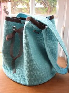 voici le tuto du sac rond qui vous a tant plu ! Coin Couture, Couture Sewing, Diy Handbag, Diy Purse, Sewing Projects For Beginners, Sewing Tutorials, Sewing Tips, Sewing Hacks, Round Bag