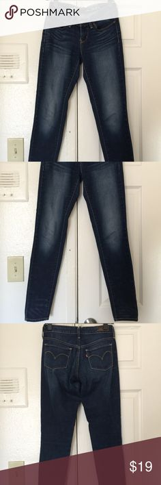 Levi's Slight Curve Skinny Jeans Size 24/0 Very comfortable and flattering Levi's jeans in a size 24 inch waist. The fabric is thin which is perfect for the coming summer days! Levi's Jeans Skinny