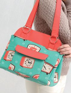 Sewing Bags Windy City Bags - Sweet Talk Bag sewing pattern from Sew Sweetness - Bag sewing pattern of the Sweet Talk Bag from the book Windy City Bags by Sara Lawson. Handbag Patterns, Bag Patterns To Sew, Sewing Patterns, Bag Pattern Free, Wallet Pattern, High End Handbags, Estilo Kylie Jenner, Diy Bags Purses, Coin Purses