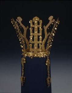 (another view of) Gold Crown, Silla, excavated from Noseo-dong, Gyeongju, National Museum of Korea. Ancient Jewelry, Antique Jewelry, Vintage Jewelry, Royal Crowns, Tiaras And Crowns, Gold Crown, Crown Jewels, Korean Art, Asian Art