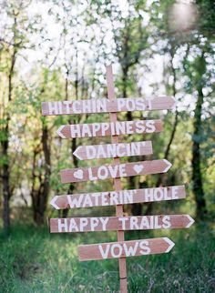Love this rustic wedding sign! Laura Murray Photography | Bridal Musings