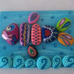 Colorful fish picture constructed of stone! Fun Arts And Crafts, Rock Crafts, Hobbies And Crafts, Pebble Painting, Pebble Art, Stone Painting, Beach Rock Art, Frog Rock, Rock And Pebbles
