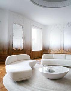 salon contemporain de style baroque avec moulures decoratives et corniche plafond