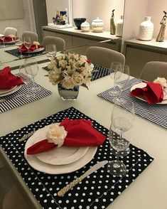 Me gusta, 18 comentarios - 💖 Por Cris Rezende 💖 (Krislaine Reusing) . Dinner Room, Beautiful Table Settings, Diy Sofa, Dinning Table, Dining Decor, Napkin Folding, Table Arrangements, Deco Table, Table Runners