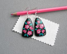 Boucles d'oreilles noires à fleurs roses fleurs brodées
