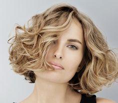 Ha szép göndörséget szeretnél, akkor újból vedd elő a diffúzort, de ezúttal göndörítő hajhabot is tegyél a hajadra, hogy még inkább kiadja a természetes hullámokat.