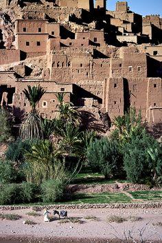 Aït-Ben-Haddou ( آيت بن حدو) est une commune du Maroc située dans la province de Ouarzazate. Elle se présente comme un ensemble de bâtiments de terre entourés de murailles, le ksar qui est un type d'habitat traditionnel présaharien. Les maisons se regroupent à l'intérieur de ses murs défensifs renforcés par des tours d'angle. Aït-Ben-Haddou est un exemple frappant de l'architecture du sud marocain traditionnel.  Tout autour de ce douar un ensemble de villages se regroupe. Tous ont été…