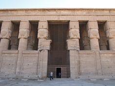 En Dendera capital del Sexto nomo del Alto Egipto, encuentras el templo de Hathor, representada con un cabeza de vaca, era la Diosa del amor. Un santuario en honor a esta Diosa existió desde tiempos del Rey Keops, pero en el período grecorromano durante el reinado de los Ptolomeos se construyó el edificio que se encuentra ahora.