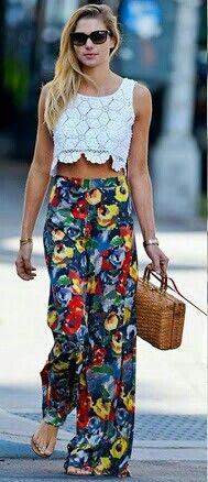 Cropped de renda e calça floral,  a cara do verão.