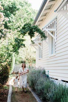 Coastal Country, Coastal Cottage, Coastal Homes, Modern Cottage, White Cottage, Country Style Magazine, Clad Home, Cottage Exterior, Side Garden