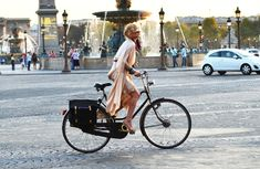 Catherine Baba riding her bicycle in Paris, photographed by Tommy Ton. Bike Style, Motorcycle Style, Catherine Baba, Pont Paris, Paris Paris, Tommy Ton, Cycle Chic, Retro Stil, Fashion Mode
