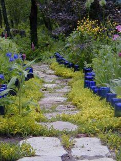 marquez l'allée de jardin de bouteilles en verre bleu