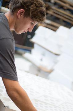 Der entscheidende Erfolgsfaktor ist bei uns der Mensch, der das Material bearbeitet und die Fertigungstechniken beherrscht.  Fotograf: Bernhard Janko Material, Mens Tops, T Shirt, Fashion, Manufacturing Engineering, Success Factors, Supreme T Shirt, Moda, Tee Shirt