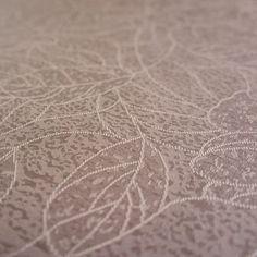 Gecoat tafellinnen Taupe Bloem - Heel elegant gecoat linnen tafelzeil in een warme taupe kleur. Dit tafelzeil uit heeft de uitstraling van een echt klassiek linnen tafellaken, met het gemak van een afwasbaar tafelzeil. Dit tafellinnen is van goede kwaliteit en valt zeer soepel om uw tafel. Het geweven tafellinnen is opgebouwd uit een samenstelling van katoen en linnen en heeft een soepel acryl laag die het tafelkleed makkelijk afwasbaar maken.