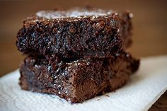 These Nutella Brownies are ooey gooey fudgy and so delicious! They are bursting with fudgy goodness. The Nutella gives them just the right amount of fudgyness without really giving them that Nutella Nutella Brownies, Homemade Brownies, Gooey Brownies, Cocoa Brownies, Nutella Chocolate, Chocolate Heaven, Chocolate Bars, Just Desserts, Delicious Desserts