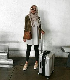 Hijabi girls in colorful traveling style Modest Wear, Modest Outfits, Modest Fashion, Fashion Outfits, Muslim Women Fashion, Islamic Fashion, Casual Hijab Outfit, Hijab Chic, Street Hijab Fashion