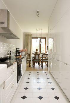 Kuchnia, klasyczna kuchnia, elegancka kuchnia, kafelki w kuchnia, biała kuchnia, projekty kuchni. Zobacz więcej na: https://www.homify.pl/katalogi-inspiracji/19726/homify-360-kobiece-wnetrze-w-wilanowie