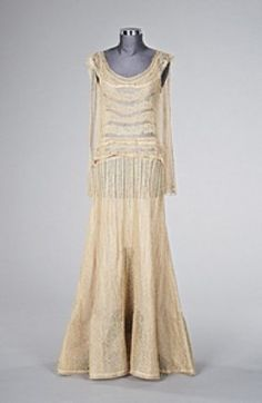 1930s Chanel: during this time Chanel used a lot of lace and tulle to give her evening wear a more romantic look. Usually her dresses were in black, but simple, soft colors were also used.