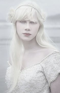 Image discovered by farytaleAppricot. Find images and videos about white, albino and albinism on We Heart It - the app to get lost in what you love. Modelo Albino, Pretty People, Beautiful People, Albino Girl, Albino Model, Melanism, Portraits, People Of The World, Beautiful Eyes