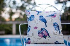 Almofada de Sarja Peletizada – Pássaros  Tamanho: 45 x 45 cm  Cor: cru e azul  Estampa: pássaro  REF: EST_219