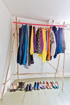 Home and Delicious: colors and simplicity in paris – home visit Diy Clothes Closet, Diy Clothes Hangers, Diy Clothes Storage, Diy Summer Clothes, Diy Clothes Refashion, Clothes Rail, Makeshift Closet, Turbulence Deco, Paris Home