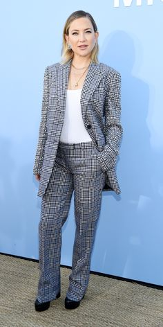 Kate Hudson posed for the cameras in a plaid suit (notice the studs on the sleeves), chunky boots, and lots of layered necklaces at the Michael Kors runway show. Oliver Hudson, Kate Hudson, Best Celebrity Dresses, Celebrity Style, Celebrity News, Taylor Swift Outfits, Plaid Suit, Skinny Scarves, Ribbed Knit Dress