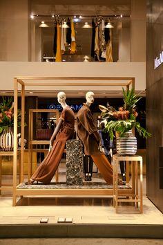 Max Mara transportiert mit den neuen Schaufenstern perfekt seine Markenwelt. Auch hier runden tolle Blumengestecke die Gesamtinszenierung perfekt ab.