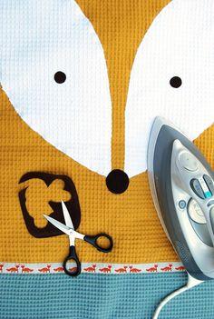 De vos leent zich met zijn prachtige amandelvormige ogen prima als decoratief item voor op de babykamer. Je maakt in een handomdraai een verschoonmatje, speendoekje en luiermandje van deze mooierd. Verschoonmatje Wat heb je nodig? Dit zijn de benodigdheden voor zowel het verschoonmatje, het speendoekjes als het luiermandje dat je in KNIPPIE 4 – 2017...